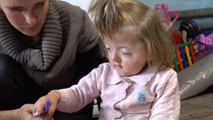 Девочку со сросшимися пальцами отправили под наблюдение генетиков медцентра в Уфе