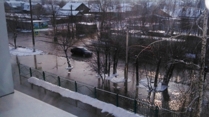 В Омске после порыва трубы затопило улицу Лермонтова