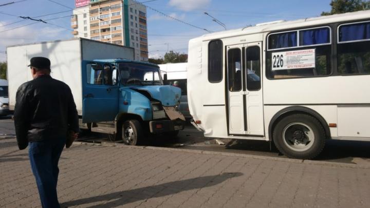 В Уфе столкнулись две легковушки, грузовик и автобус