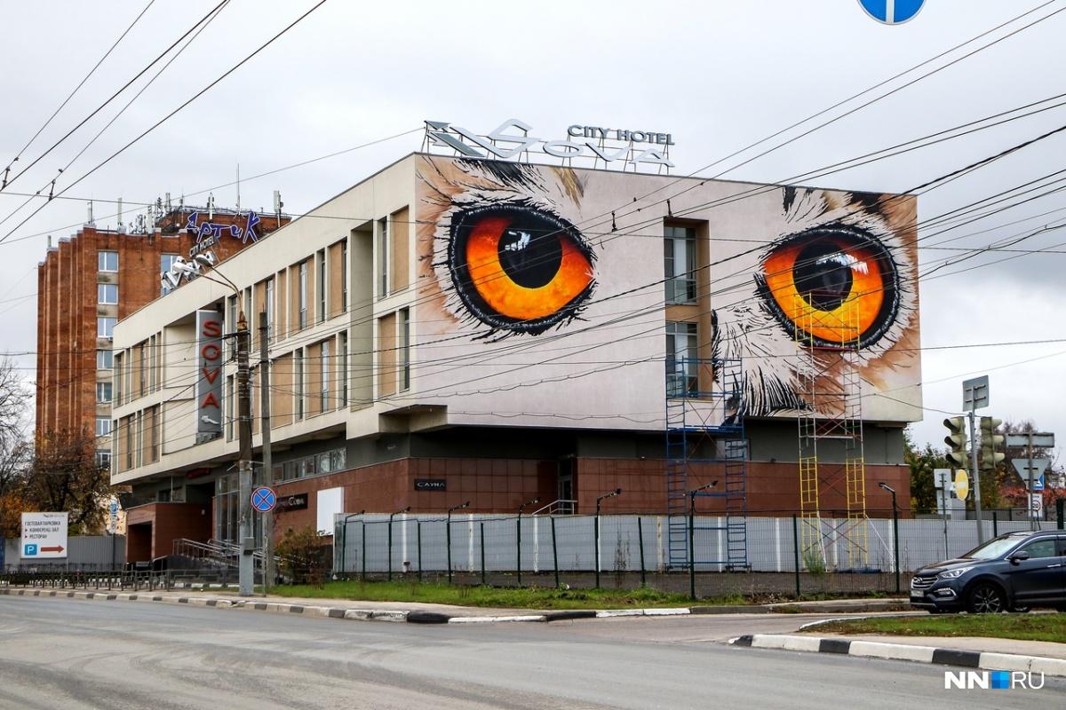 Граффити можно увидеть, если ехать по улице Ванеева в сторону Советской площади