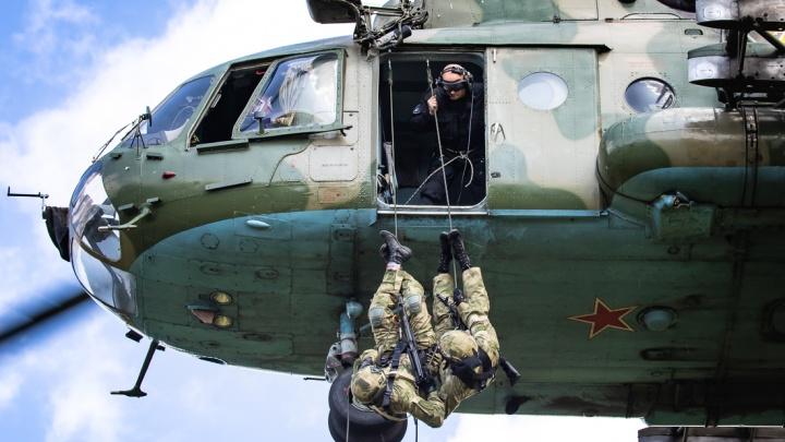 Технично и эффектно: сотрудники челябинского СОБРа отработали высадку из вертолёта без парашютов