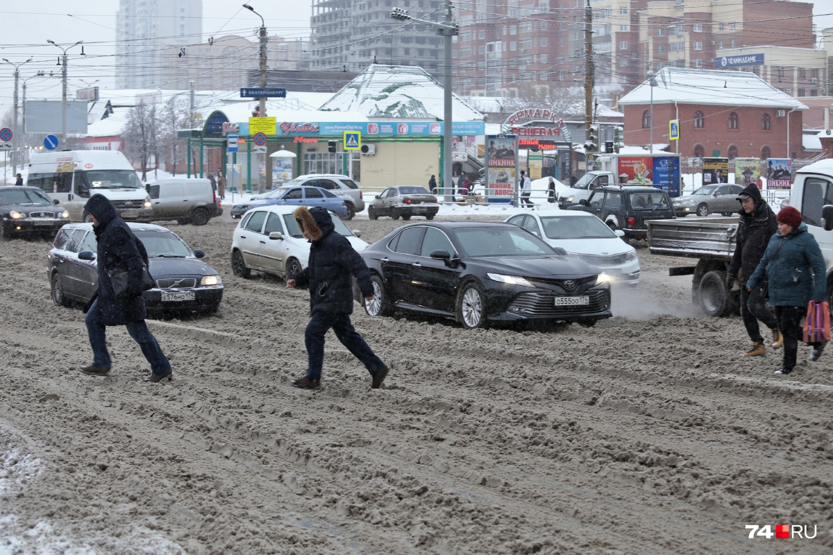 По словам чиновников, снегопад такой интенсивный, что техника едва справляется с уборкой снега