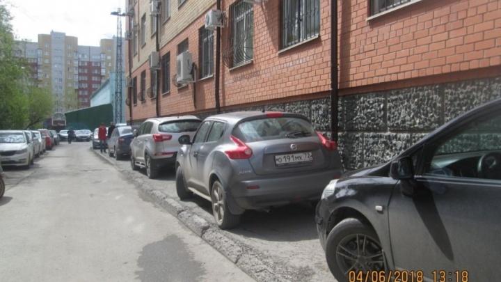 «Я паркуюсь, как...»: полный газон «бедных» студентов, внедорожники на тротуарах и наглость на парковках