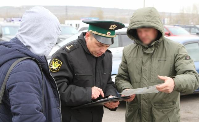 Красноярец передарил свою машину родственнице, чтобы продать арестованную приставами машину