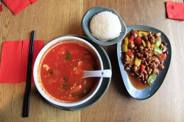 Новый проект DNK Food обещает некий новый взгляд на паназиатскую кухню. Заведение с похожим подходом No Spicy Please открылось в Новосибирске в прошлом году