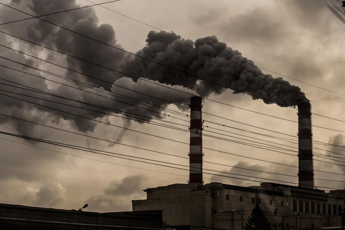 Согласно данным синоптиков, из-за холодной погоды в воздухе накапливаются вредные примеси