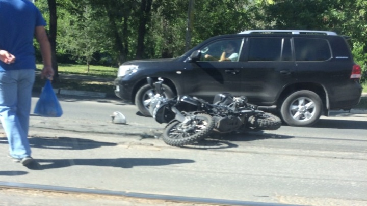 Отбросило под трамвай: на Аэродромной «Приора» снесла мотоцикл