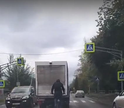 Велосипедист испугал водителей странным заездом по дорогам правобережья