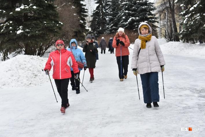 Группа занимается скандинавской ходьбой в Харитоновском парке