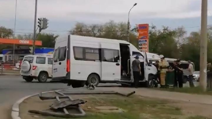 В Самаре на Авроры — Промышленности микроавтобус снёс ограждение и врезался в столб