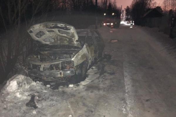 Мужчина пытался выбраться из снежного плена, но не смог — решил заночевать в машине