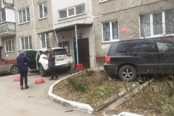 По словам жителей дома,«Ниссан» просто стоял около дома