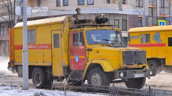 Бригада долго не могла попасть во двор: в Екатеринбурге затопило улицу из-за коммунальной аварии