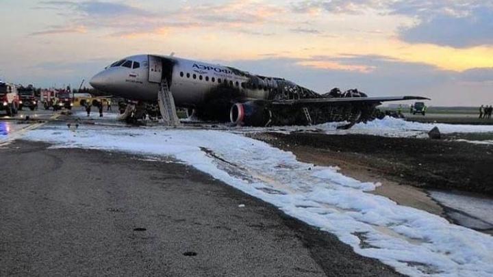 В Superjet 100 попала молния: всё самое главное, что известно о трагедии в Шереметьево