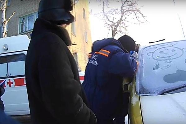 К заблокированному мальчику съехались спасатели, врачи и полицейские
