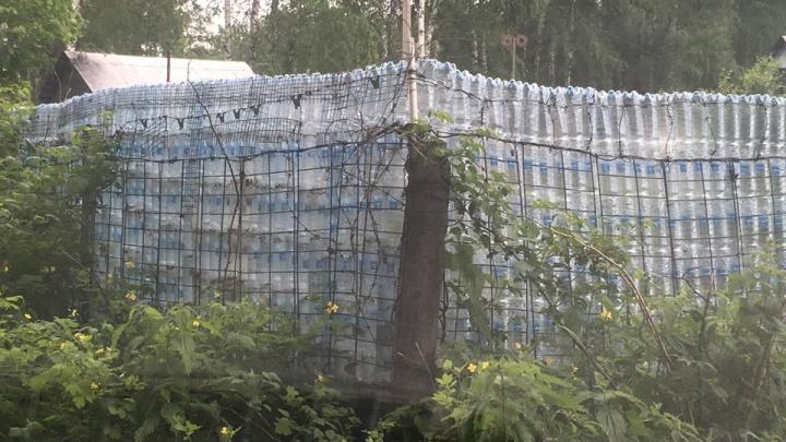 Дёшево и сердито: дачник построил 20-метровый забор из пластиковых бутылок