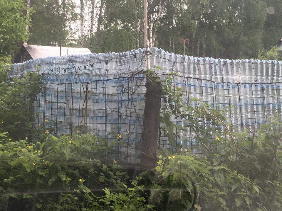 Забор из пластиковых бутылок на даче между Академгородком и Кольцово