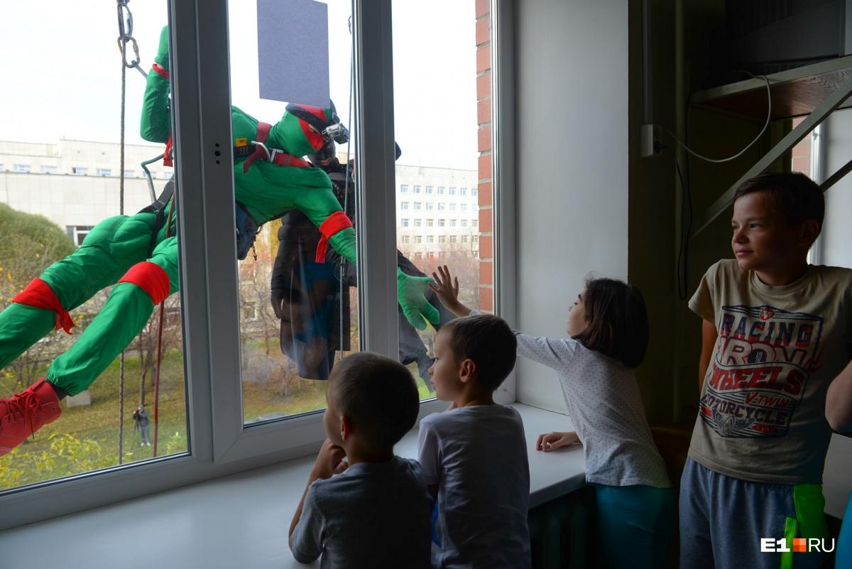 Все хотели пообщаться с супергероями сначала через стекло