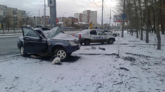 Машину намотало на столб