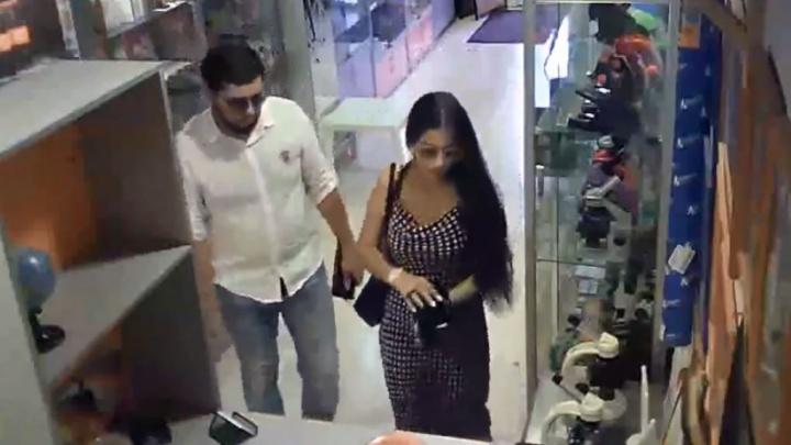 Отвлекли вопросами и поцелуем: камеры сняли, как мошенники «развели» продавца в Екатеринбурге