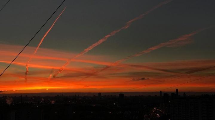 Самолёты нарисовали картину в рассветном небе над Екатеринбургом