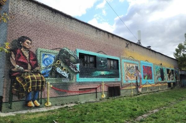 Новая стрит-арт-галерея в Кузьминках. У неё, в отличие от других, есть смотритель со служебным тиранозавром