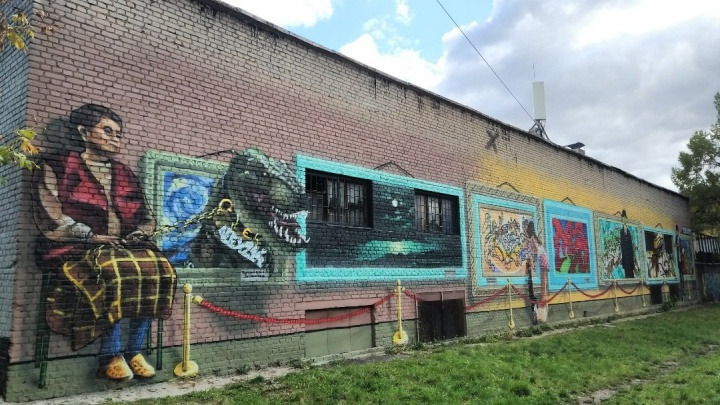 Омич нарисовал огромную картинную галерею и смотрителя с динозавром в Кузьминках