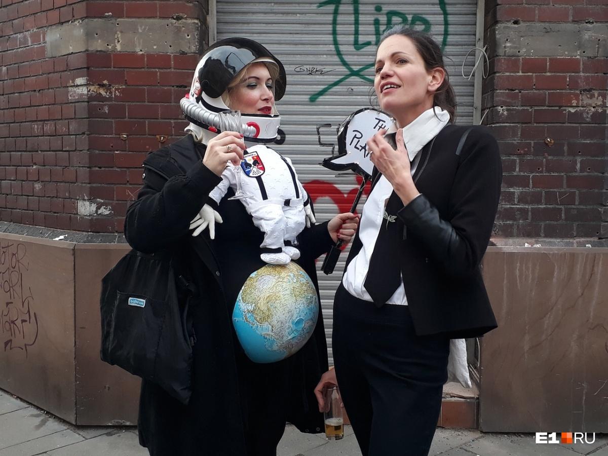 На улицах весь день бродили люди в забавных костюмах