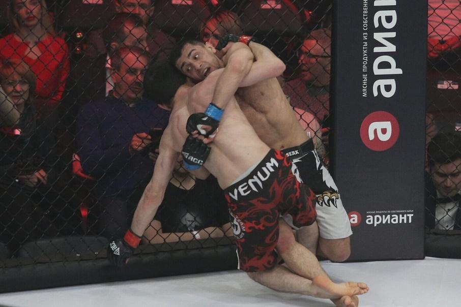 Гор Халатян из Екатеринбурга одержал победу в бое с Али Ахмедовым из Челябинска