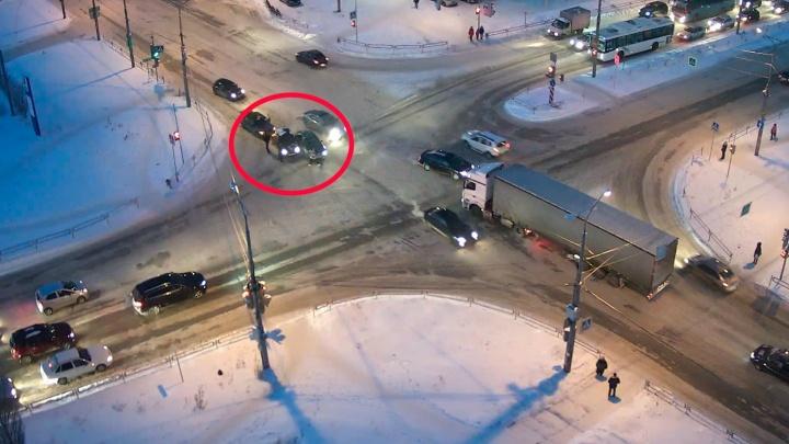 Дорожное видео недели: матерщинница на BMW, подбитый велосипедист и неожиданный поворот