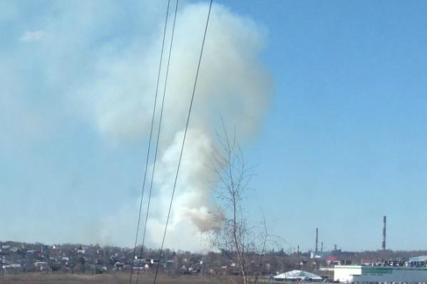 На месте происшествия работают пожарные