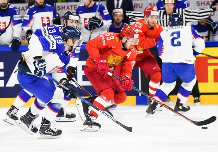 Наши хоккеисты атаковали ворота словаков с первых же минут