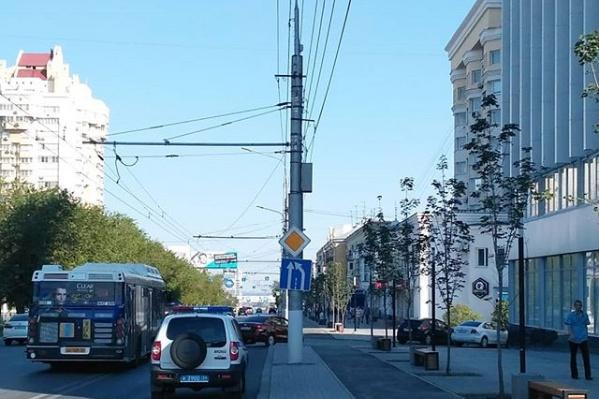 Автомобилисты продолжают штурмовать новую велодорогу в центре города