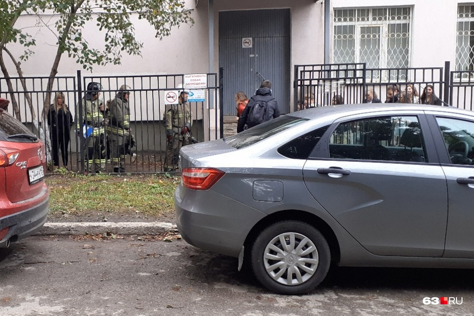 Здание школы окружили представители экстренных служб