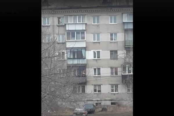 С окна пятого этажа девочку согнали прохожие