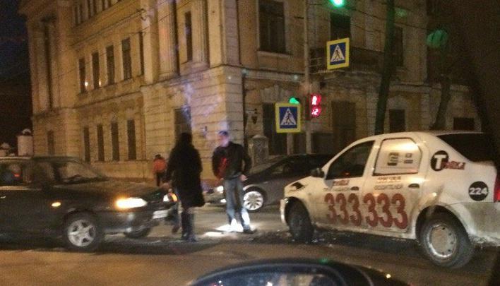 Такси «Тройка» угодило в ДТП под окнами управления МВД