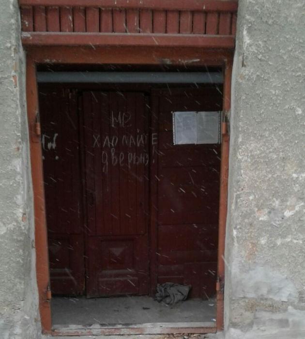 Теперь в подъезде осталась только деревянная дверь