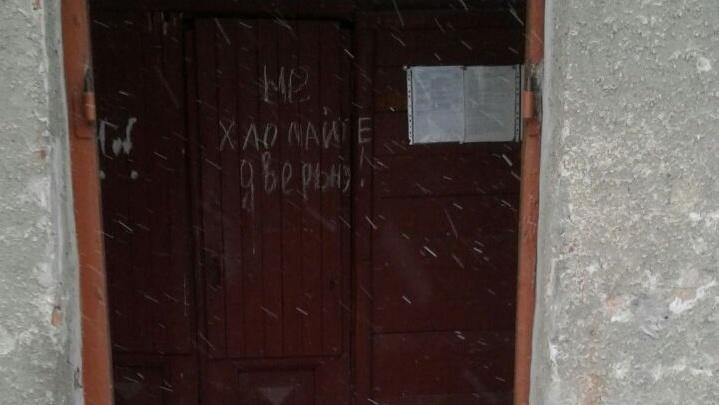 «Мороз напрямую идёт»: у жителей дома украли входные двери в подъезд