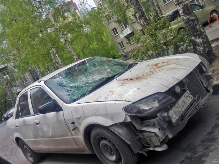 Судя по красным пятнам на машине, мужчина разбил не только автомобиль жене, но и руки себе