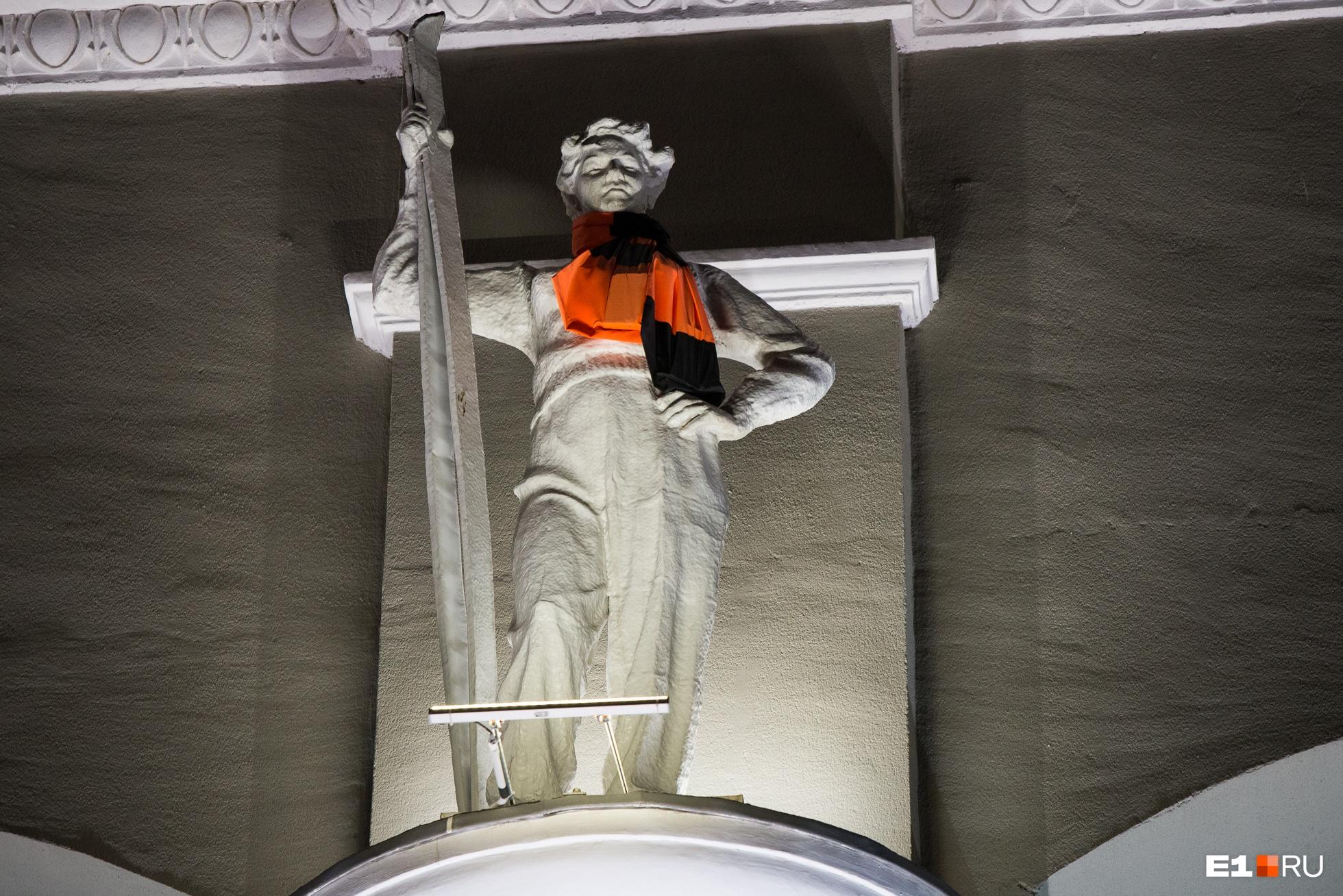 Статуи на фасаде сохранили во время стройки современного стадиона