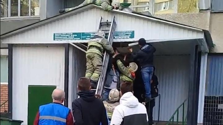 В Тольятти сотрудники МЧС спасли девушку, которая упала с 12 этажа