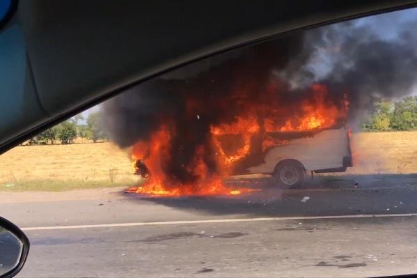 Пламя уничтожило машину