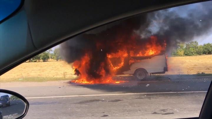 Объятый пламенем: на трассе под Самарой сгорел заказной автобус