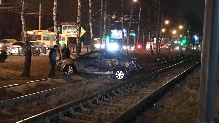 В Ярославле после ДТП с маршруткой машину откинуло на рельсы. Видео