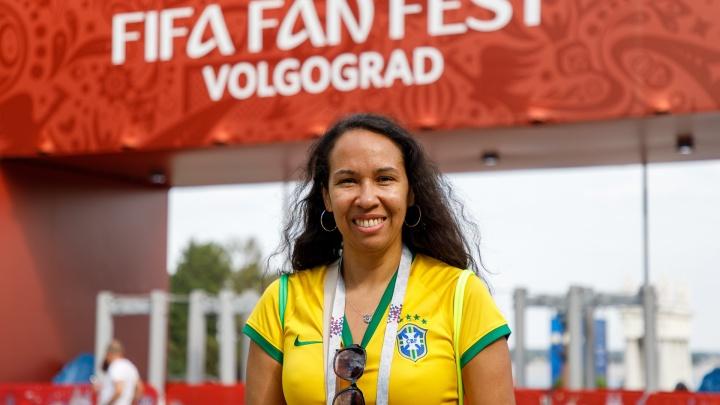 Блины с икрой, сгущенка и квас: фанатка из Бразилии ищет в Волгограде настоящее русское меню