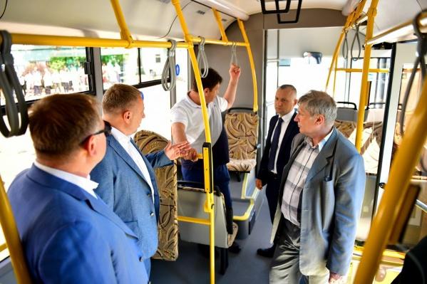 Первыми на автобусе покатались чиновники