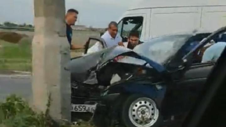 Пассажир погиб, водитель в больнице: в Волгограде «двенадцатая» врезалась в столб возле заправки