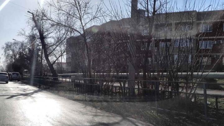 Уснул на ходу: в Волжском иномарка протаранила трехэтажный дом