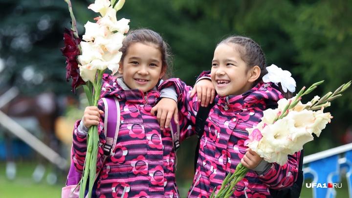 Букеты привезла из деревни бабушка: UFA1.RU отправился в первый класс вместе с близнецами