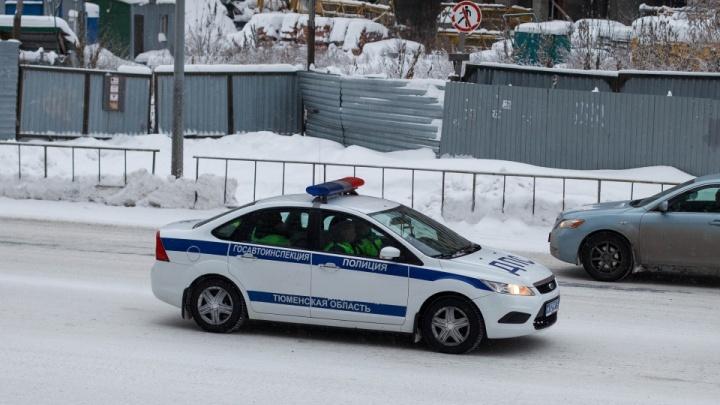 Пьяный тюменец сто метров протащил за машиной инспектора ГИБДД